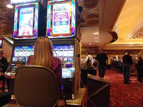 hot babe playing slots at harrahs