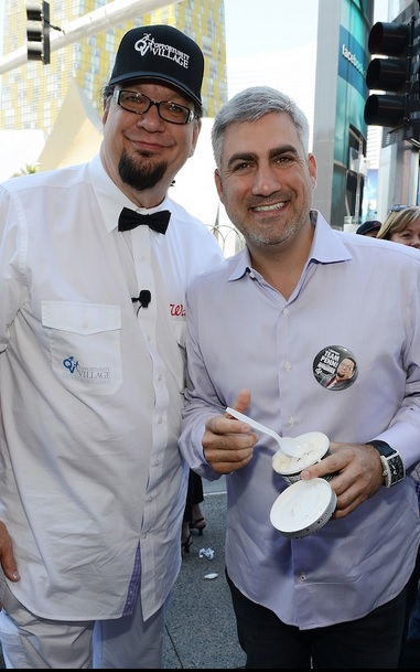 Taylor Hicks with Penn Jillette sampling ice cream